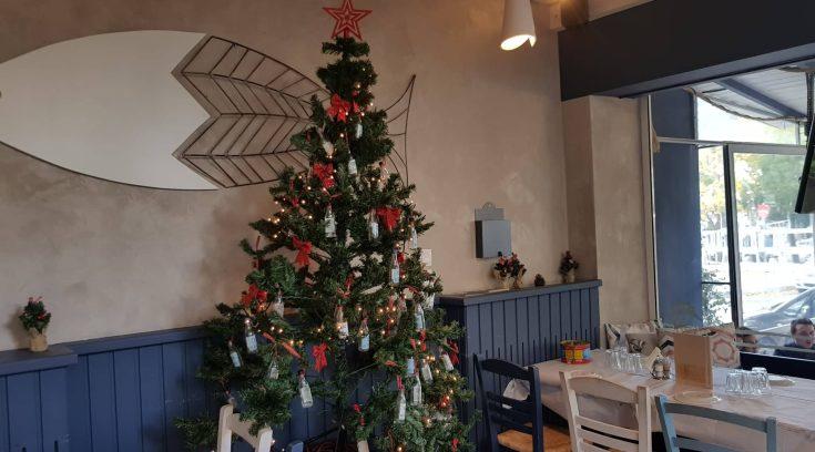 """Αυτό είναι το """"μεθυσμένο"""" χριστουγεννιάτικο δέντρο της πόλης μας! (ΦΩΤΟ)"""