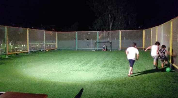 Γήπεδο ποδοσφαίρου σε παιδότοπο για τα μεγαλύτερα παιδιά σας!