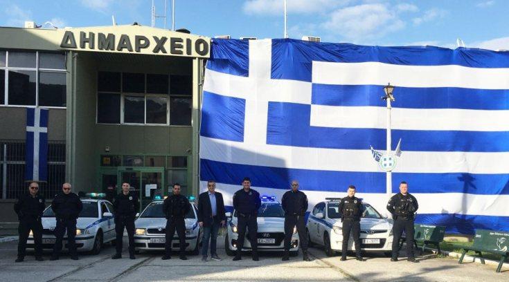 25η Μαρτίου: Eλληνική σημαία 350 τ.μ. «σκέπασε» το δημαρχείο Ελληνικού
