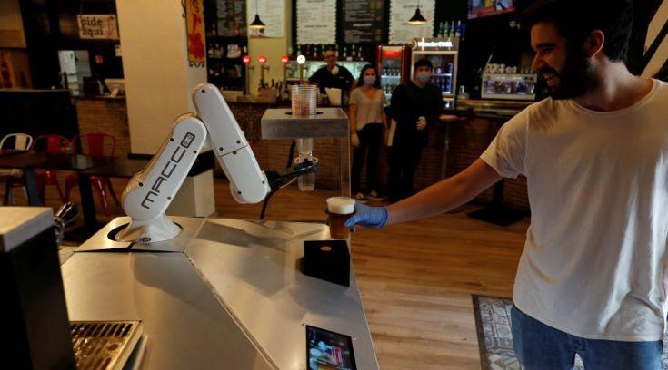 Κι όμως είναι αλήθεια-Ρομπότ σερβίρει καφέ και ποτά
