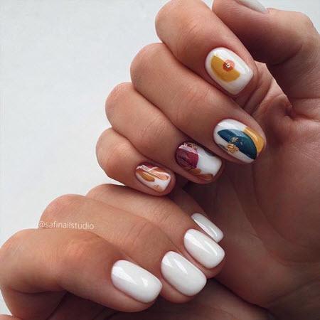 Manicure diferente em ambas as mãos
