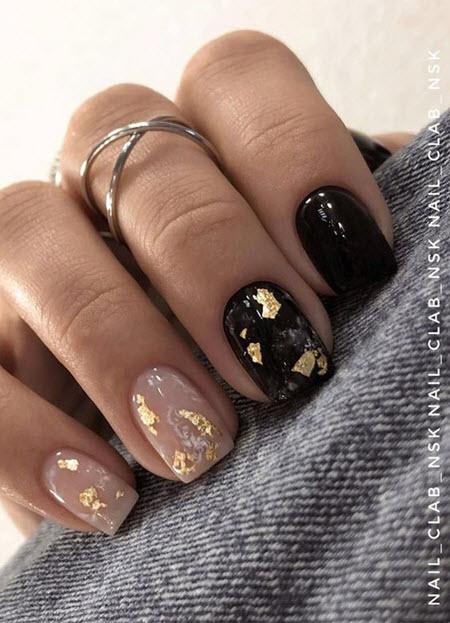 Manicure escuro com ouro