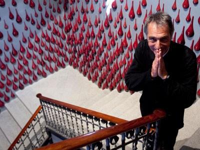 Frederic Amat davant de la instal·lació que ha creat pel remodelat Lliure de Gràcia