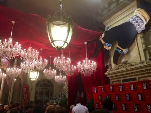 vestibul-del-teatre-coliseum-gente-bien-voltar-i-voltar-1
