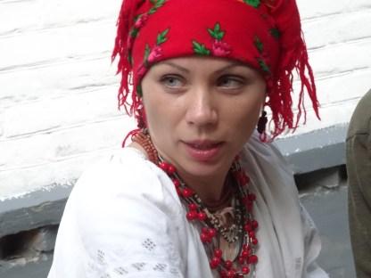 Una de las organizadoras con el traje característico