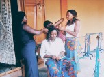 Mujeres arreglándose el pelo