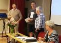 Mats Eriksson och Kenneth Collander tar emot bevisen på hedersmedlemsskap av Ordf. Foto: Ulf Selstam