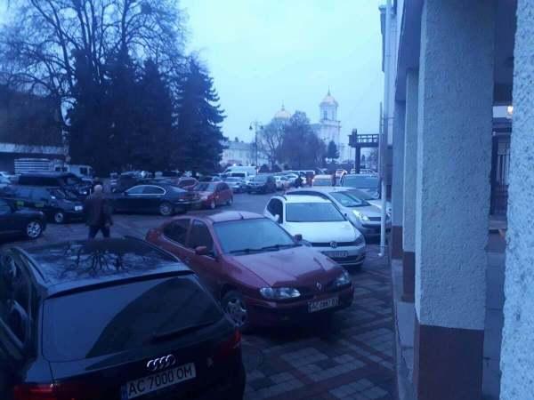 Лучани знову скаржаться на «стихійну парковку» в центрі ...