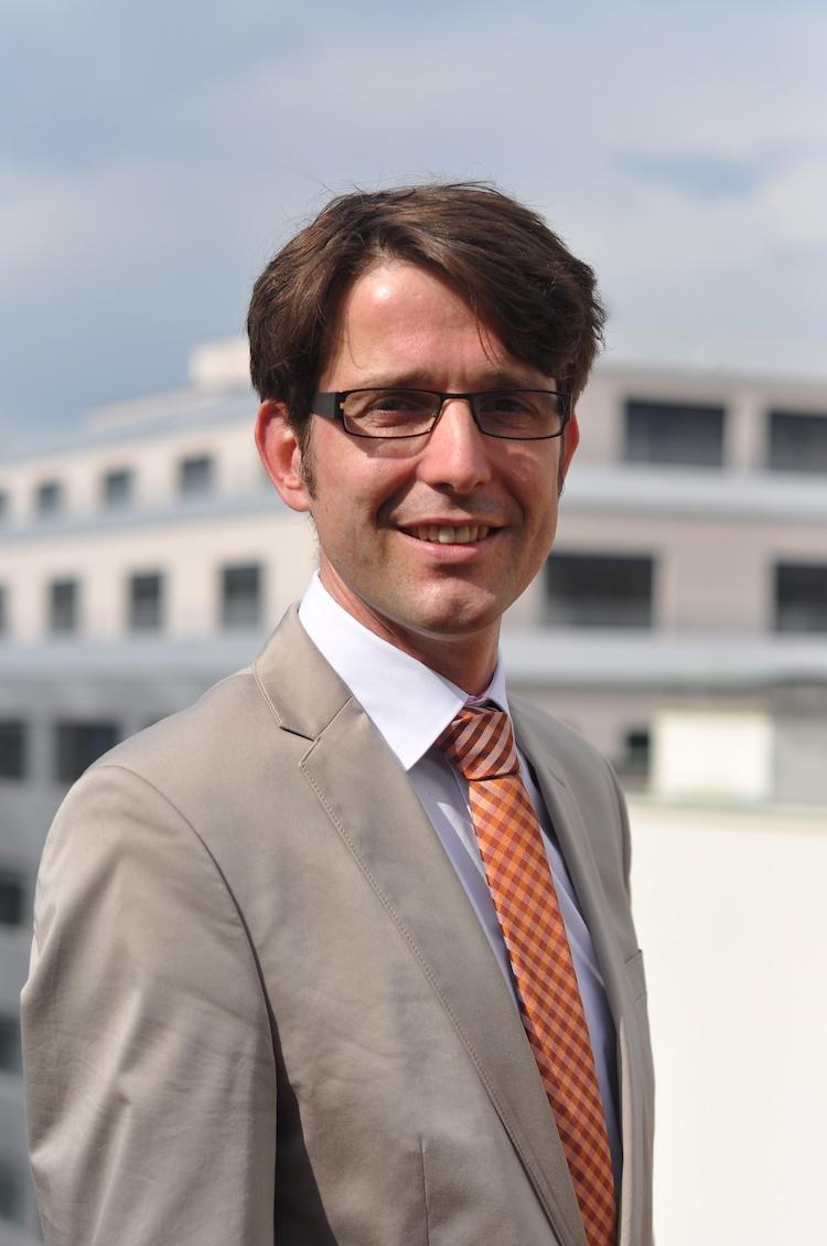 Dipl.-Ing. Ulrich von Knobloch mit einem Gebäude im Hintergrund