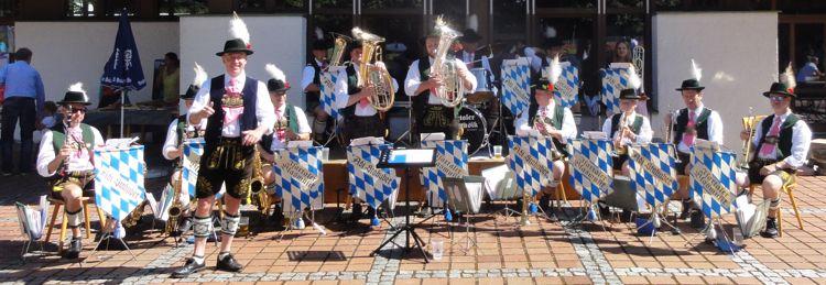 Isartaler Blasmusik vor dem Vereinsheim