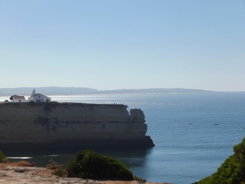 Küste der Algarve: Kirche am Klippenrand