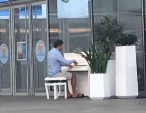 Klavierspieler im Einkaufszentrum - Fragen zu Paris