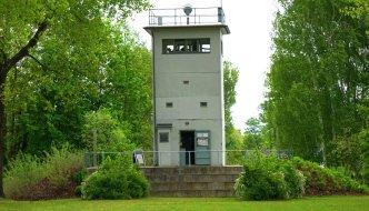 Einer der letzten Grenztürme der ehemaligen DDR  steht in Nieder Neuendorf