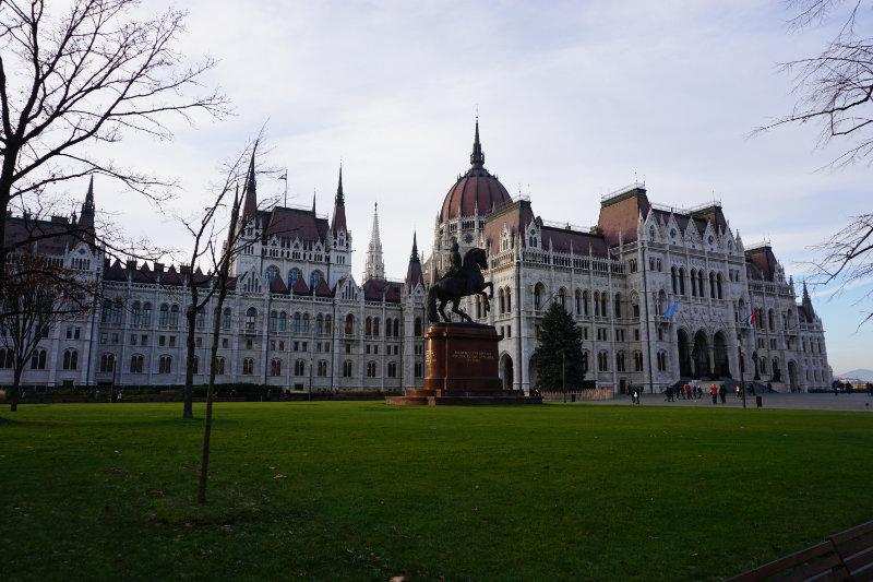 Blick aus der Straßenbahn zum Parlamentsgebäude