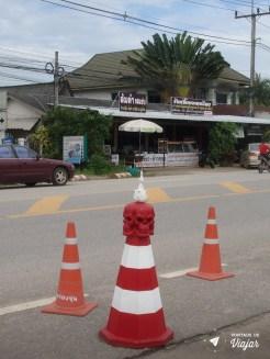 Templo Branco na Tailandia - Cone na estrada