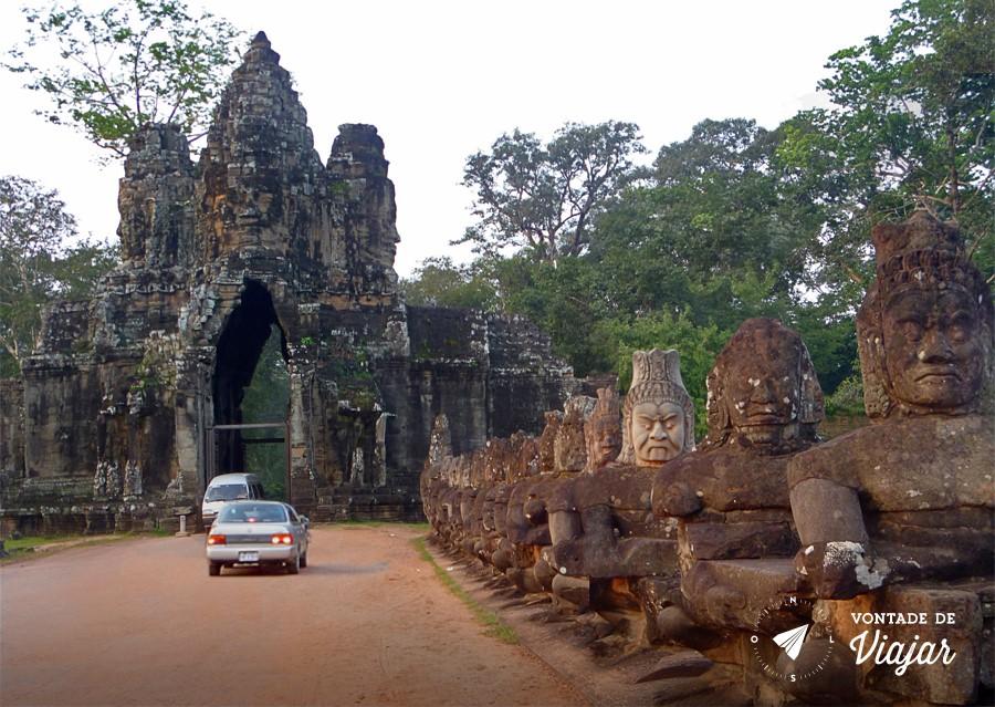 Angkor Wat - Estatuas Khmer na estrada para os templos