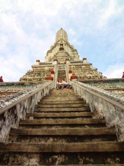 Leticia e Nanda nos degraus do Wat Arun
