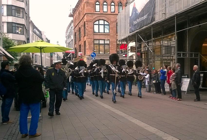 Copenhagen - Desfile de soldados reais no centro