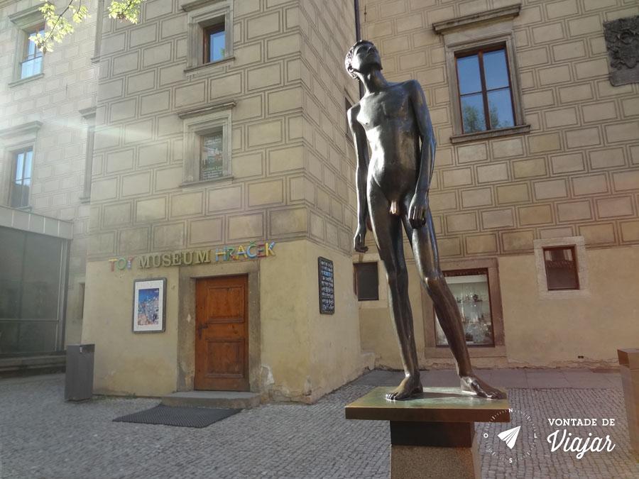 castelo-de-praga-estatua-do-menino-em-frente-ao-museu-do-brinquedo-em-praga