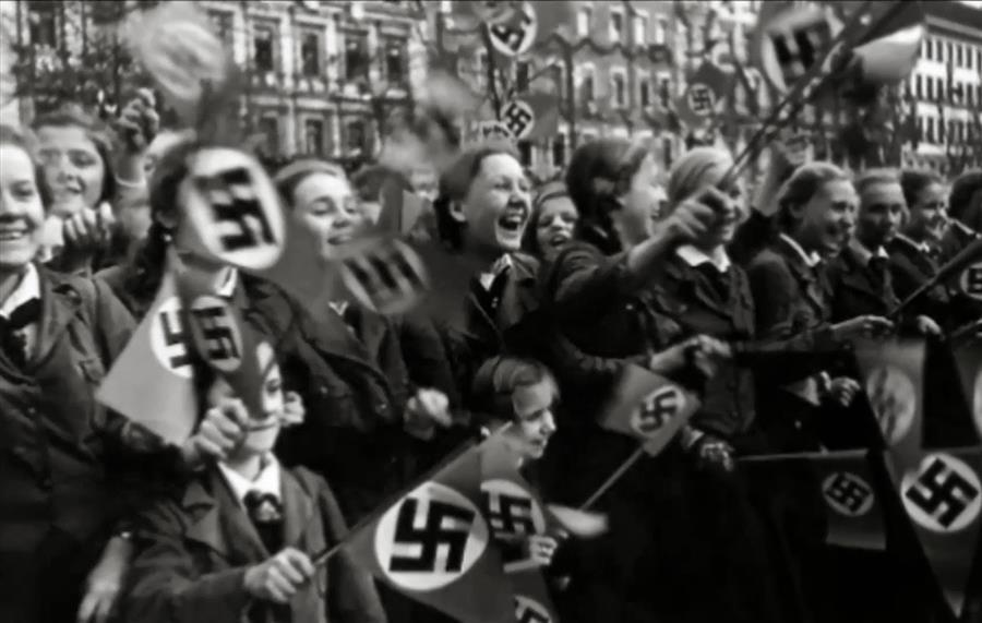 centro-de-documentacao-de-nuremberg-mulheres-animadas-no-desfile-militar