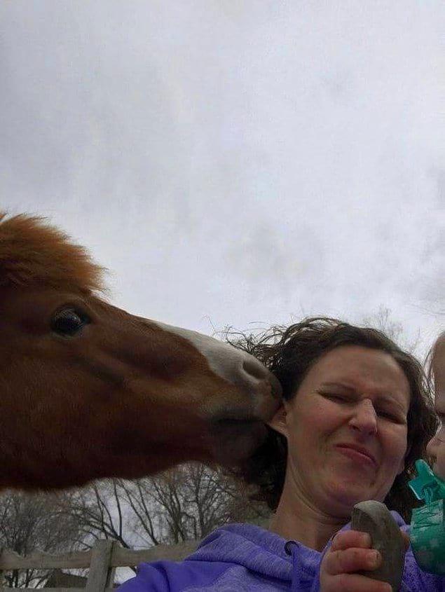 Сфоткалась с лошадкой называется...