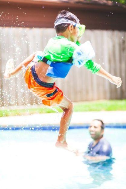 Spelen in een opzetzwembad