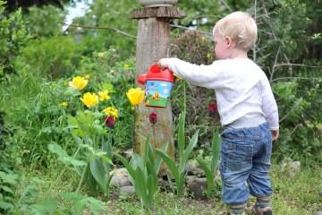 Kind tuinieren