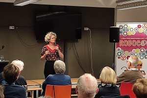Enthousiaste bezoekers bij lezing Anne-Gine Goemans in Bibliotheek Twello