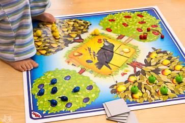 Die Kinder wollen Spielen, um an das Obst ranzukommen steigt das Herbstkind auf den Tisch