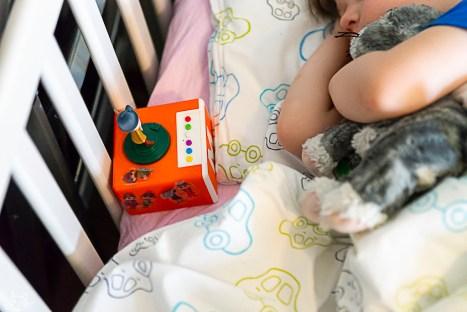 Das Frühlingskind hat Windpocken, legt sich ins Bett um Wichtelgeschichten zu hören
