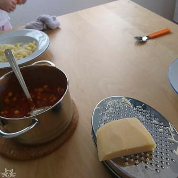 Mittagessen. Nudeln mit Sosse die verweigert wird. Der Mais wird pur gegessen, die Nudeln mit Käse. Natürlich jedes Kind einen anderen.