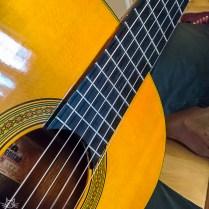 Ich versuche mich derzeit am Gitarre spielen, bisher ist das noch nicht wirklich von Erfolg gekrönt, aber irgendwo muss ich ja anfangen