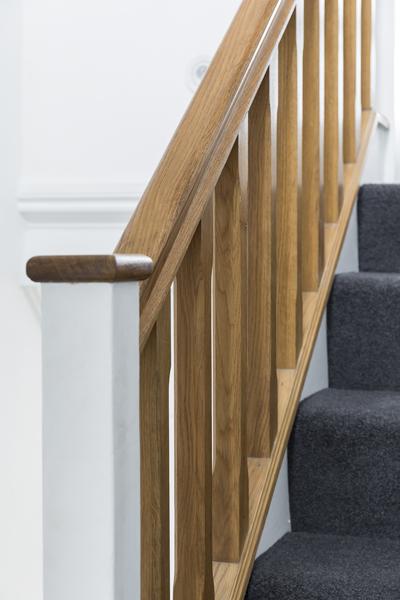 0605-stairs-grey-carpet-wooden-balustrade-vorbild-architecture-16