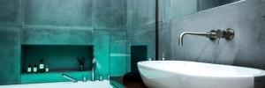 bathroom-bath-tv-lights-concrete-tiles-vorbild-architecture