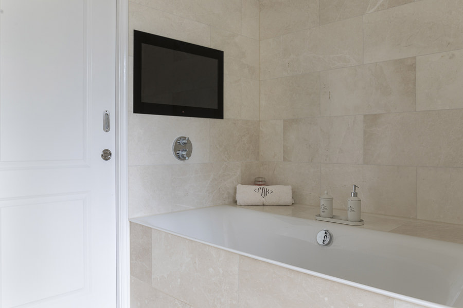 0600-master-bathroom-tv--32