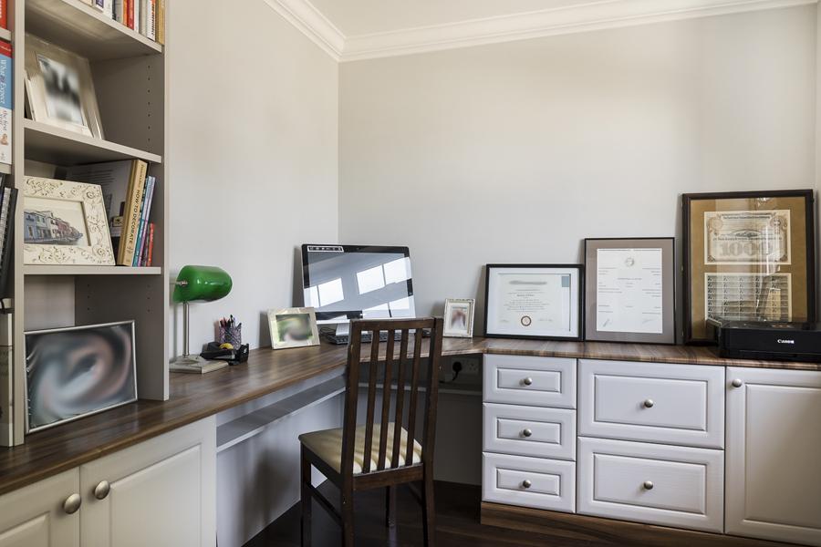 600-home-office-brown-beige-vorbild-architecture-crickelwood-21