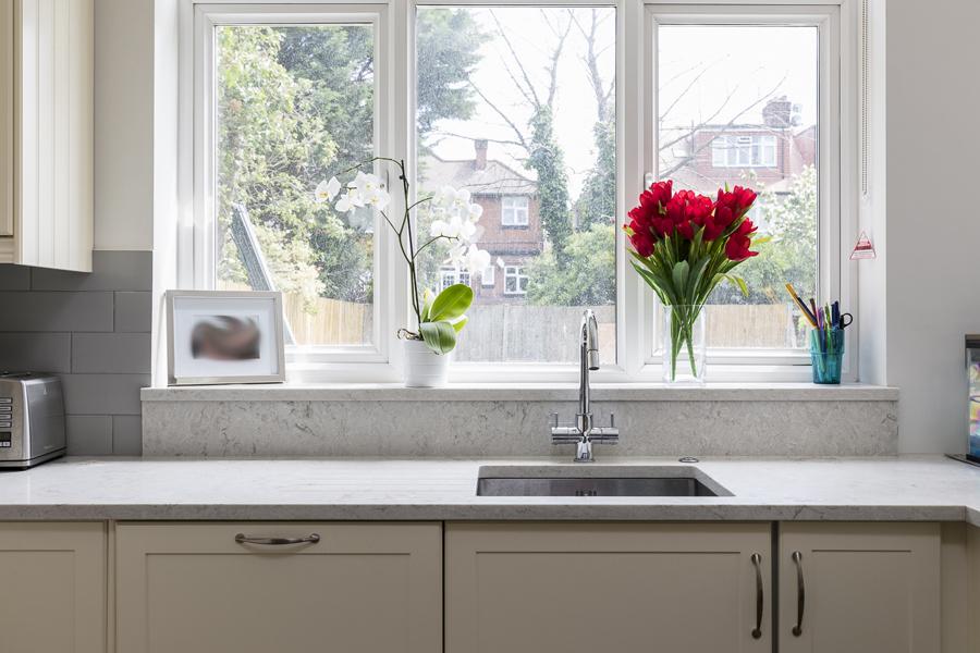 600-kitchen-window-beige-cabinets-vorbild-architecture-crickelwood-5
