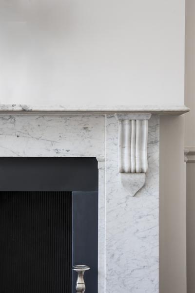 600-marble-fireplace-surround-vorbild-architecture-crickelwood-27