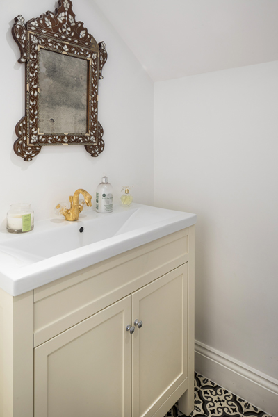 0736 guest wc with cream shaker vanity unit and fired earth pattern tiles london