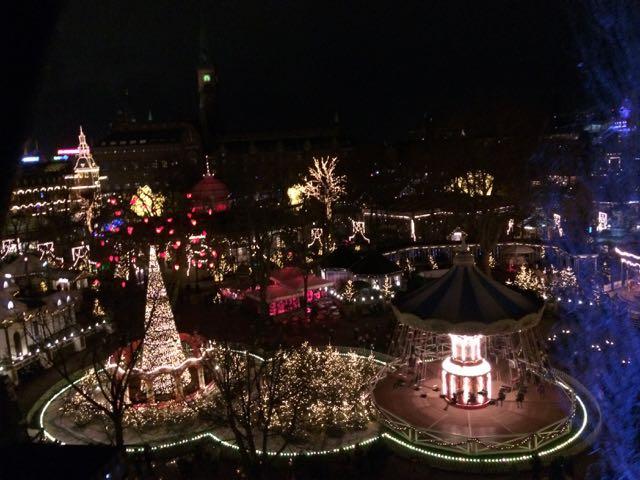 f1a61ec0ad7 ... i forhold til de smukke julelys der er tændt i hele haven. Vi fik også  prøvet Ballongyngerne – en smuk oplevelse at de det oplyste Tivoli fra oven.