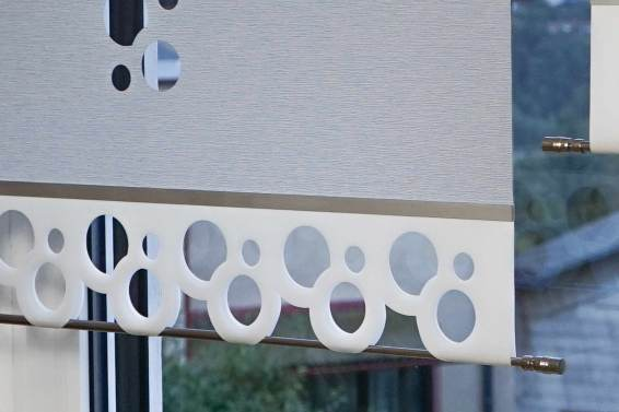 Flächenvorhang-Kombicut-Lasercut-Variante-Gera Stoffart-CURTIS-granit Mustertextil-CURTIS-white Muster-VAN