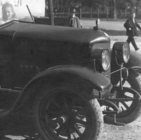 Dixi_5-14_oder_6-18_PS_Josef_Faensen_Rücksitz_mit_Schwester_Leni_1919-1_Frontpartie
