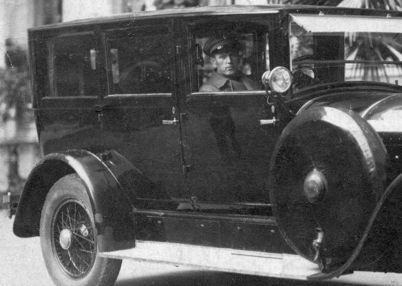 Minerva_20_CV_um_1925_Limousine_Fahrer