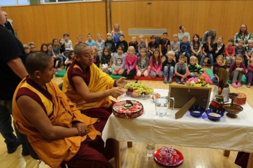 die Mönche vor ihrem Altar
