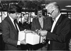 Cees Hagenbeek overhandigt het cadeau names de Hoofdafdeling Ontwerp