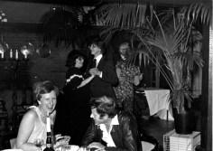 Anneke in gesprek met Theun, op de achtergrond danst Ineke Baartmans met Robert Bos