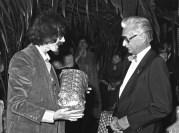 Freek overhandigt het cadeau namens de Afdeling Decorontwerp, het is een antieke Jugendstill glazen schaal op een tinnen voet
