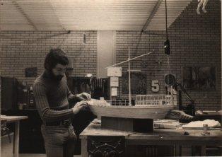 Martien van den Dijssel maakt maquette voor Herodotus: Periander (VPRO, 21-1-1975), regie Ruud van Hemert, decor Frank Rosen. Collectie Martien van den Dijssel