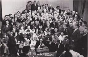 Groepsfoto bij jubileum 5 jaar NTS in oktober 1956. Collectie Hannemiek Kerstens