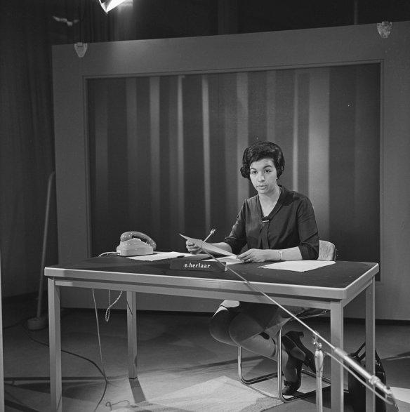 Eugenie Herlaar achter haar nieuwsdesk in 1966 ©Beeld en Geluid